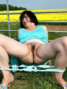 Public outdoor galleries Mom nudist