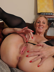 Sandy uses her fingers to achieve orgasm